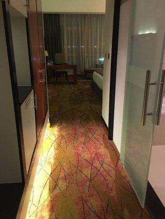 Millennium Airport Hotel Dubai: Room entrance with bathroom door on right