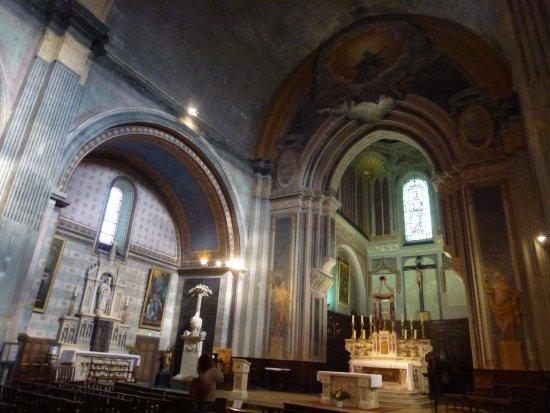 Orange, França: Vue de l'autel et la travée gauche