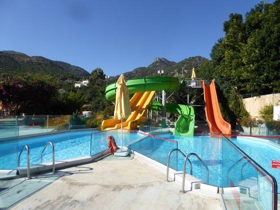 Tobbogans avec 2 niveaux de piscines bali for Aulnoye aymeries piscine