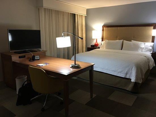 Lonoke, AR: Desk & king bed in suite