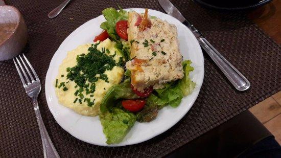 Antony, فرنسا: Oeufs brouillés et terrine de saumon