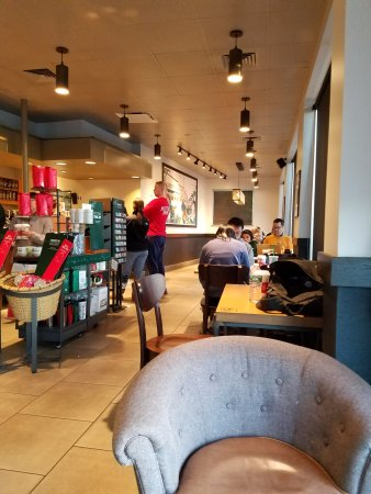 Westbury, Estado de Nueva York: This Starbucks is always packed!