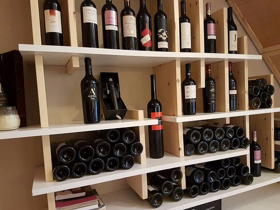 Vinsanto Wine Bar: Wine deco