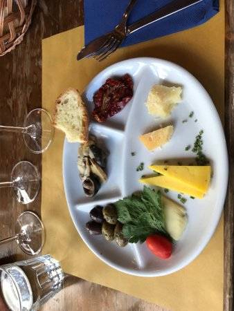 Linguaglossa, İtalya: Cheese, Olives, and Bread