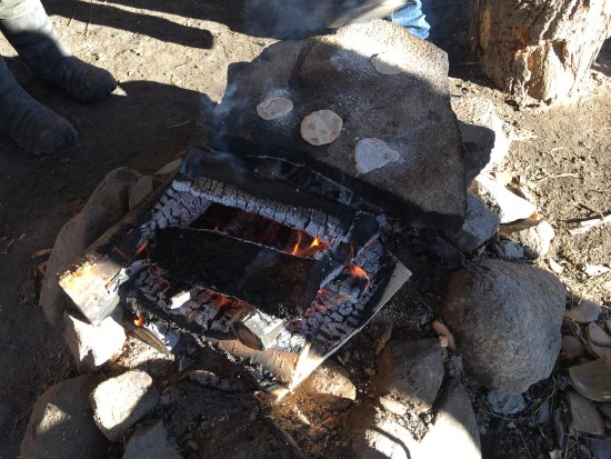 Tanumshede, Svezia: Here you can see the flat breads cooking on the heated stone that the children were making.