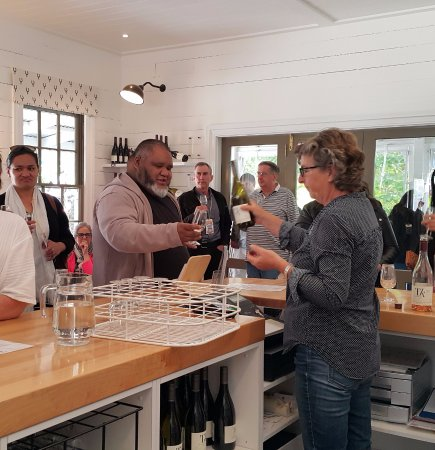 Martinborough, Nueva Zelanda: Juliana at TK tasting wines
