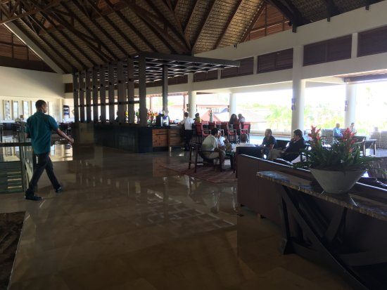 Royalton Punta Cana Resort & Casino: Lounge and bar in the main building, this is on the second floor, there is an elevator in this a