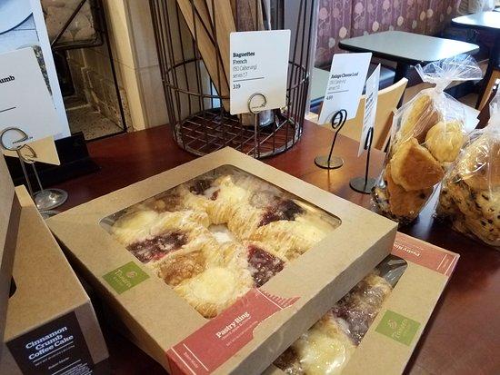 Elk Grove, Kalifornia: Packaged pastries - very fancy packaging.