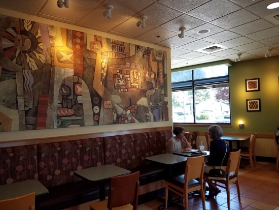 Elk Grove, Kaliforniya: Tasteful wall decoration and colors provides an inviting and warm feel.