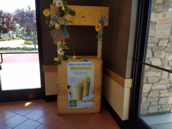 Elk Grove, كاليفورنيا: Lemonade stand gives Panera Bread some special character.