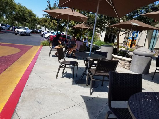 Elk Grove, كاليفورنيا: Outdoor dining is available for those who enjoy the great outdoors.