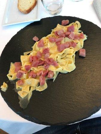 Romano di Lombardia, Italy: Trenette (in realtà pappardelle) con tartare (in realtà dadolata) di tonno