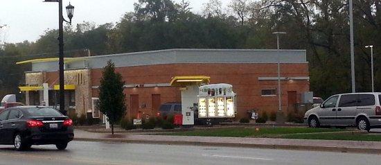 Bensenville, Ιλινόις: Side & drive-thru for McDonald's