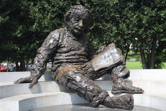 Albert Einstein Memorial: Einstein