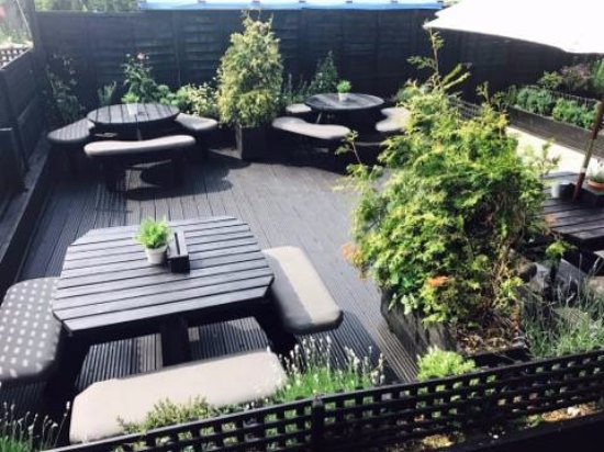 Linslade, UK: Plenty of seating outside