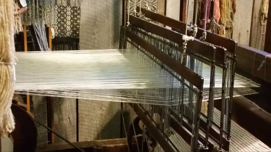‪‪Coshocton‬, ‪Ohio‬: An actual loom, where a weaver makes articles for purchase‬