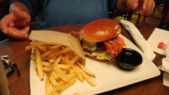 Норт-Майами, Флорида: burger with fies