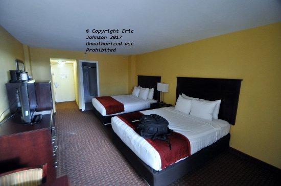 Best Western Daytona Inn Seabreeze: Two Queen beds Rm 310 was dark walking into room turn on lights.