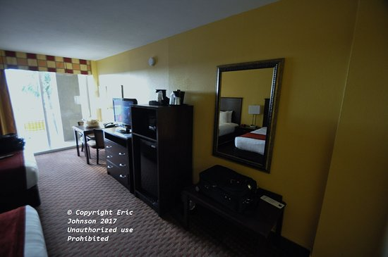 Best Western Daytona Inn Seabreeze: Table for two, TV, Microwave and Ref