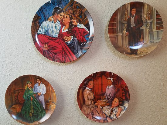 Miners Pick Bed and Breakfast: Decorative Gone with the Wind wall plates in the bedroom