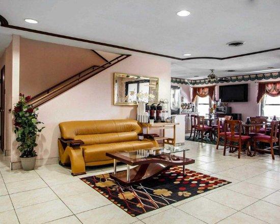 Arcola, IL: Lobby