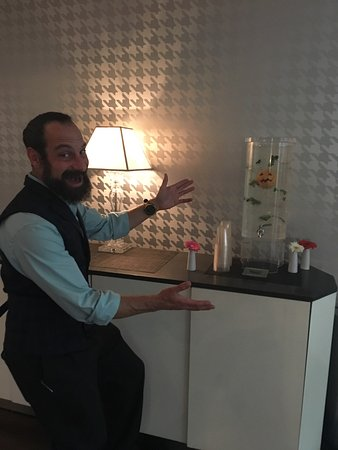 The Nines, a Luxury Collection Hotel, Portland: Peter has one of those warm quiet smiles that are always welcoming. Look for him at the 12th Clu