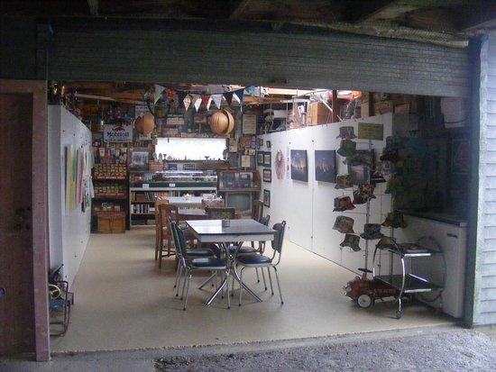 Collingwood, Nova Zelândia: Indoor seating and gallery