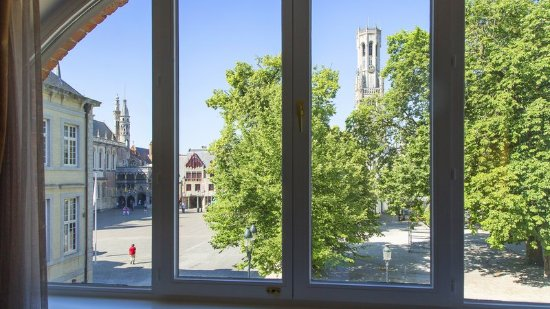 Crowne Plaza Brugge: outside view on the square