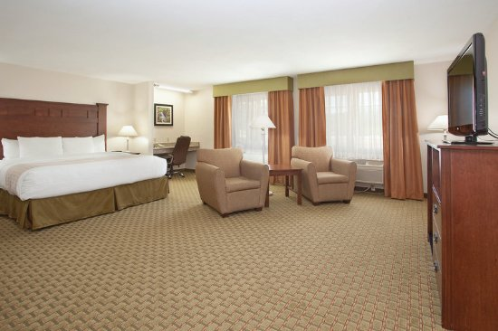Grants Pass, OR: Accessible King Executive Suite