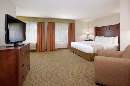 Grants Pass, OR: King Suite with Jetted Bath