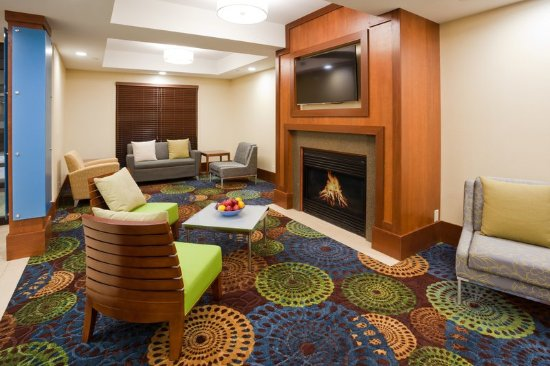 Cedar Rapids, IA: Hotel Lobby with comfortable seating and fireplace
