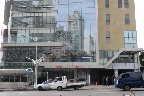 ibis Ambassador Busan City Centre: The Hotel building entrance & Starbuck Coffee