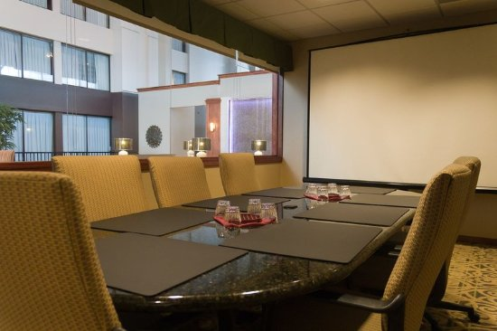 Holiday Inn Itasca's Boardroom Ready for Your Meeting