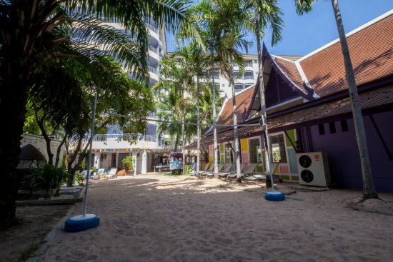 Mercure Pattaya Hotel: Beach volleyball court