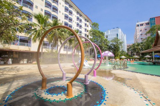 Mercure Pattaya Hotel: Shower Curtains by the Poolside