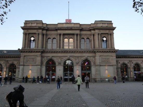 Mainz, Alemania: 正面から見ると端正な形をした、駅中心部