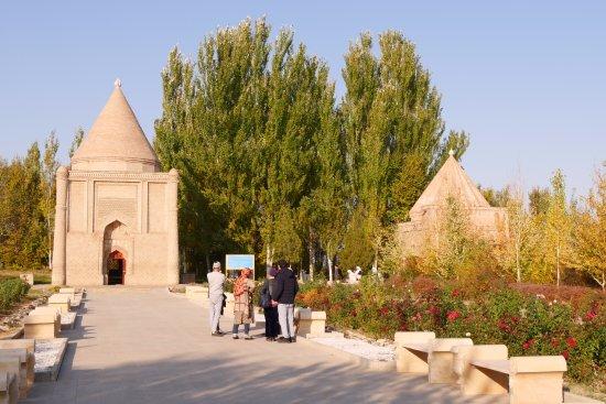 Taraz, Καζακστάν: 左がアイシャ・ビビ廟