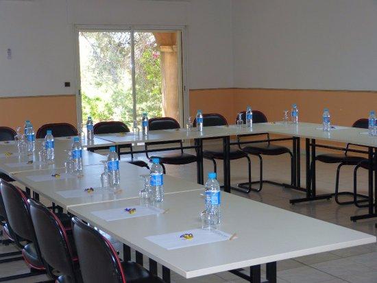 Logis domaine de roquerousse hotel salon de provence for Bowling salon de provence tarif