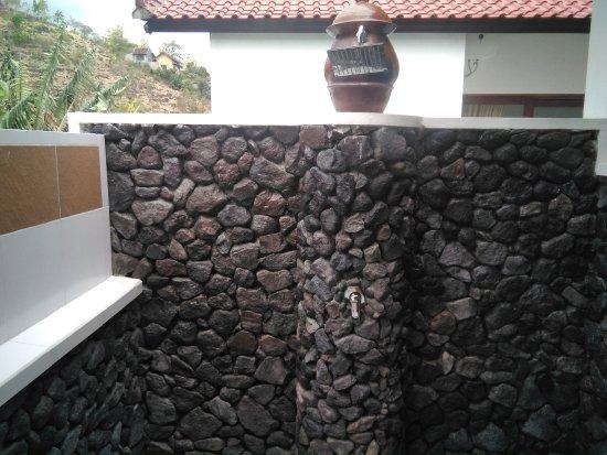 Meditasi Bungalows: Shower with black stones