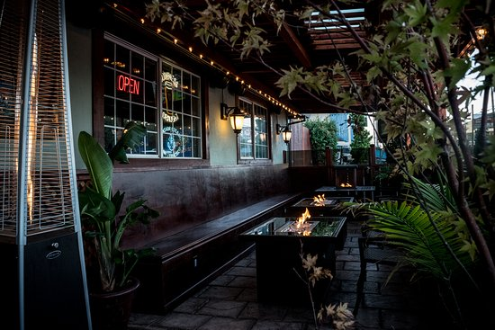 Belmont, Kalifornia: Outside seating with fire pit