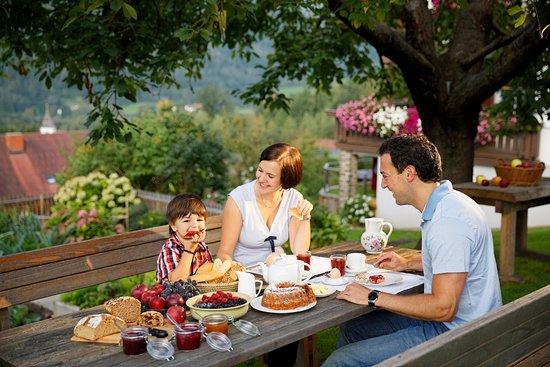 Anger, Austria: Leckeres Frühstück im Garten in der Pension Kleinhofers Himbeernest
