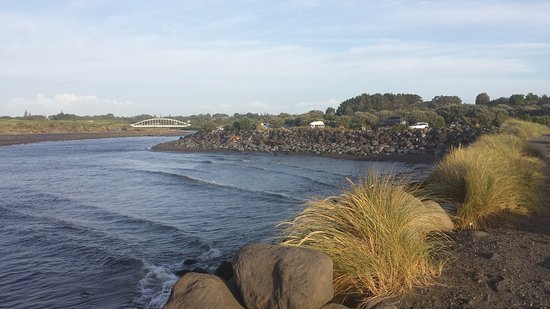 New Plymouth, New Zealand: From the shore, the bridge and part of walkway are viewable