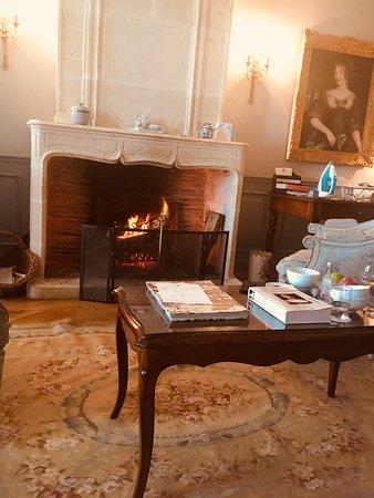 Hotel de Toiras: salon cheminée de la suite Mme De Sévigné