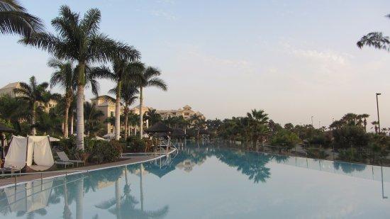 RedLevel at Gran Melia Palacio de Isora: Der gigantische Hauptpool der Hotelanlage