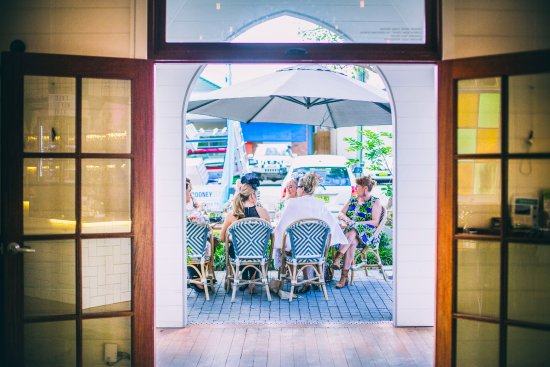 Bellingen, Australia: Dining alfresco at Cedar Bar & Kitchen