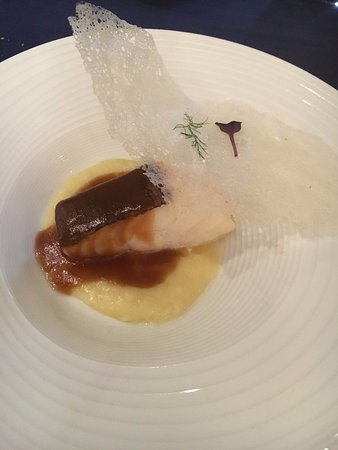 Oiartzun, España: Bacalao confitado al aceite de oliva con brandada, salsa de sus pieles y crujiente de su gelatin