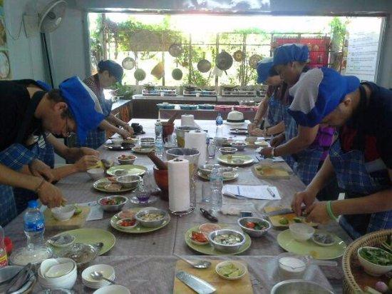 Rawai, Tailandia: Thai food preparing at Phuket easy Thai cooking.