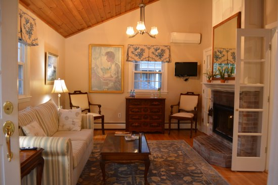 Cliffside Inn: Walk into the living room of Cliff Suite - the fireplace is open to both living and bed rooms