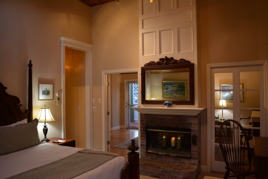 Cliffside Inn: Standing inside the bedroom you look through to the living room in Cliff Suite