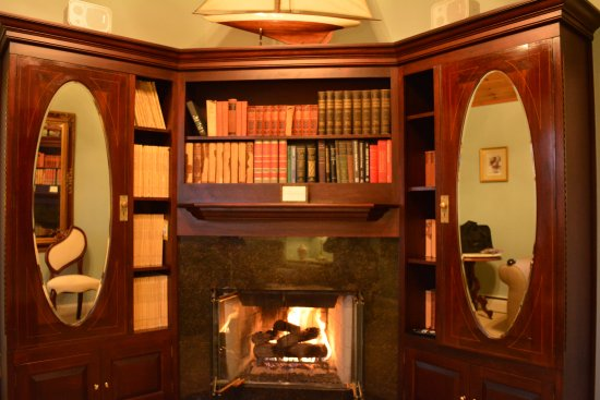 Cliffside Inn: Gas fireplace burns warm in the den of Cliff Suite